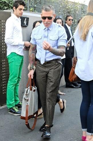 Как Nick Wooster носит Голубая рубашка с коротким рукавом, Оливковые брюки чинос с цветочным принтом, Черные кожаные дезерты, Серая большая сумка из плотной ткани