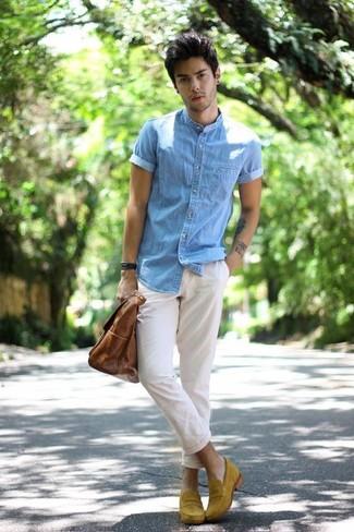 Как и с чем носить: голубая джинсовая рубашка с коротким рукавом, белые брюки чинос, горчичные замшевые лоферы, коричневая кожаная большая сумка