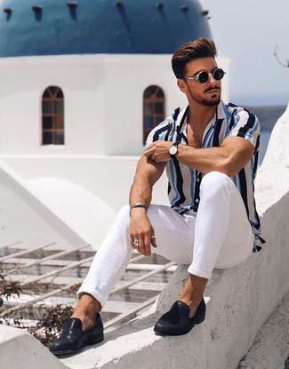 Как и с чем носить: бело-синяя рубашка с коротким рукавом в вертикальную полоску, белые брюки чинос, черные кожаные лоферы, черные солнцезащитные очки