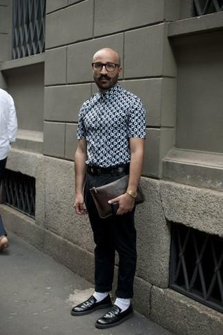 Как одеваться мужчине за 40: Серая рубашка с коротким рукавом с принтом и черные брюки чинос чудесно подходят для воплощения городского образа на будние дни. Если ты любишь применять в своих ансамблях разные стили, из обуви можешь надеть черные кожаные лоферы.