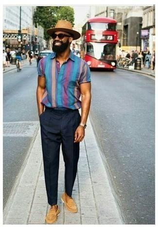 С чем носить темно-синие брюки чинос: Синяя рубашка с коротким рукавом в вертикальную полоску и темно-синие брюки чинос — must have вещи в арсенале мужчин с замечательным чувством стиля. Этот образ легко обретает новое прочтение в сочетании с светло-коричневыми замшевыми лоферами.