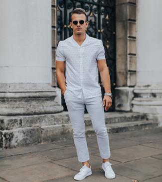 Как и с чем носить: белая рубашка с коротким рукавом с принтом, серые брюки чинос, белые низкие кеды, черные солнцезащитные очки