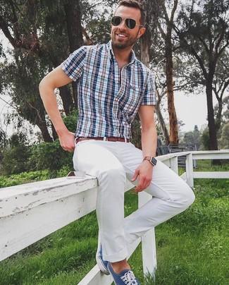 Как и с чем носить: синяя рубашка с коротким рукавом в шотландскую клетку, белые брюки чинос, темно-синие низкие кеды из плотной ткани, коричневый кожаный ремень