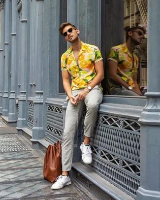 Как и с чем носить: оранжевая рубашка с коротким рукавом с принтом, серые брюки чинос, белые низкие кеды, коричневая кожаная большая сумка