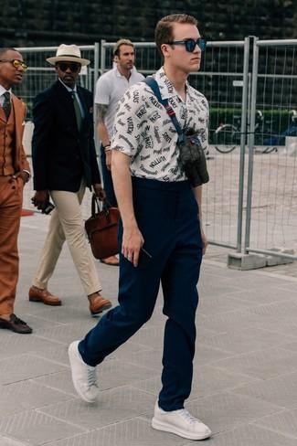 Бело-синяя рубашка с коротким рукавом с принтом: с чем носить и как сочетать мужчине: Несмотря на свою несложность, сочетание бело-синей рубашки с коротким рукавом с принтом и темно-синих брюк чинос неизменно нравится джентльменам, неизбежно покоряя при этом дамские сердца. Очень неплохо здесь выглядят белые кожаные низкие кеды.