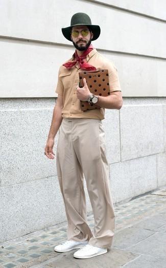 Оливковые солнцезащитные очки: с чем носить и как сочетать мужчине: Светло-коричневая рубашка с коротким рукавом и оливковые солнцезащитные очки — выбор джентльменов, которые постоянно в движении. Хочешь добавить в этот наряд нотку изысканности? Тогда в качестве дополнения к этому образу, выбирай белые низкие кеды из плотной ткани.