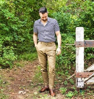 Как и с чем носить: темно-сине-белая рубашка с коротким рукавом в вертикальную полоску, светло-коричневые брюки чинос, коричневые кожаные оксфорды, бежевые кожаные часы
