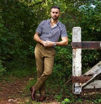 Как и с чем носить: темно-сине-белая рубашка с коротким рукавом в вертикальную полоску, светло-коричневые брюки чинос, коричневые кожаные оксфорды, серебряные часы