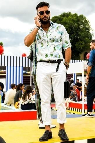 Белая рубашка с коротким рукавом с цветочным принтом: с чем носить и как сочетать мужчине: Белая рубашка с коротким рукавом с цветочным принтом в паре с белыми брюками чинос не прекращает нравиться стильным молодым людям. Не прочь сделать лук немного элегантнее? Тогда в качестве обуви к этому образу, обрати внимание на черные кожаные оксфорды.