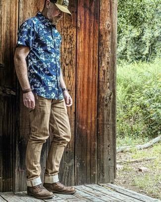 С чем носить коричневые брюки чинос: Темно-синяя рубашка с коротким рукавом с цветочным принтом и коричневые брюки чинос — хороший вариант, если ты хочешь создать раскованный, но в то же время стильный мужской образ. Темно-коричневые кожаные повседневные ботинки добавят ансамблю немного консерватизма.