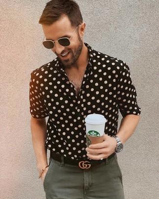 Как и с чем носить: черная рубашка с коротким рукавом в горошек, оливковые брюки чинос, черный кожаный ремень, черные солнцезащитные очки