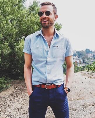 Как и с чем носить: голубая рубашка с коротким рукавом в вертикальную полоску, темно-синие брюки чинос, табачный кожаный ремень, черные солнцезащитные очки