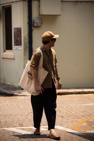 С чем носить светло-коричневую рубашку с коротким рукавом мужчине: Фанатам стиля кэжуал полюбится дуэт светло-коричневой рубашки с коротким рукавом и черных брюк чинос. Чтобы лук не получился слишком строгим, можно закончить его светло-коричневыми замшевыми сандалиями.