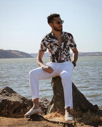 Мужские луки: Белая рубашка с коротким рукавом с цветочным принтом и белые брюки чинос надежно закрепились в гардеробе современных джентльменов, помогая создавать сногсшибательные и стильные луки. Серые эспадрильи из плотной ткани в горизонтальную полоску — идеальный выбор, чтобы дополнить образ.