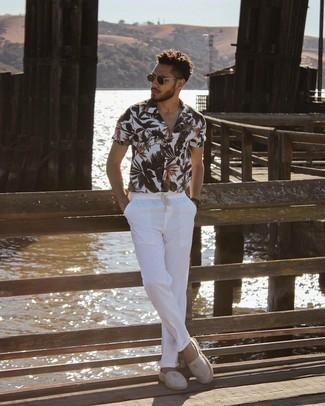 Мужские луки: Собираясь в вечера в кино или кафе с подругой, обрати внимание на дуэт белой рубашки с коротким рукавом с цветочным принтом и белых брюк чинос. Переходя к обуви, можно закончить образ серыми эспадрильями из плотной ткани в горизонтальную полоску.