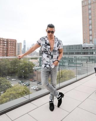 С чем носить черные замшевые ботинки челси мужчине: Бело-черная рубашка с коротким рукавом с принтом и серые джинсы — must have вещи в арсенале поклонников непринужденного стиля. Думаешь привнести сюда нотку классики? Тогда в качестве обуви к этому ансамблю, выбери черные замшевые ботинки челси.