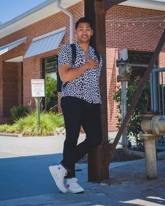 С чем носить черные джинсы мужчине: Составив лук из белой рубашки с коротким рукавом с леопардовым принтом и черных джинсов, можно спокойно отправляться на свидание с возлюбленной или встречу с коллегами в расслабленной обстановке. Почему бы не привнести в этот лук толику легкой небрежности с помощью белых высоких кед из плотной ткани с принтом?