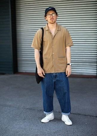 С чем носить светло-коричневую рубашку с коротким рукавом мужчине: Современным джентльменам, которые хотят держать руку на пульсе последних тенденций, рекомендуем обратить внимание на это сочетание светло-коричневой рубашки с коротким рукавом и темно-синих джинсов. Этот образ отлично дополнят белые высокие кеды из плотной ткани.