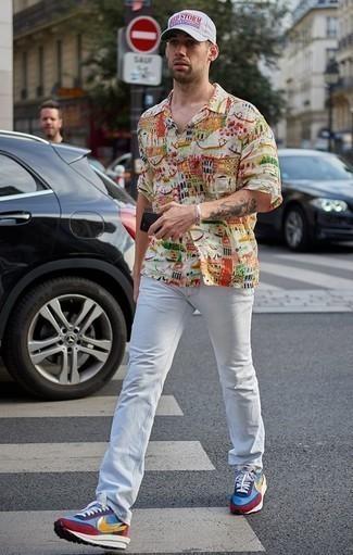 Разноцветные кроссовки: с чем носить и как сочетать мужчине: Разноцветная рубашка с коротким рукавом с принтом и белые джинсы — великолепный лук, если ты ищешь лёгкий, но в то же время стильный мужской лук. В сочетании с разноцветными кроссовками весь образ выглядит очень живо.