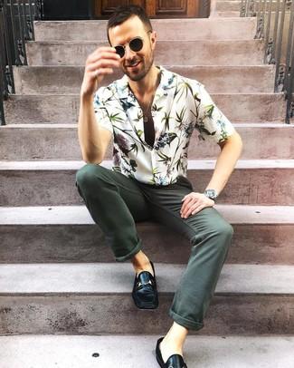 Как и с чем носить: белая рубашка с коротким рукавом с цветочным принтом, темно-зеленые джинсы, черные кожаные лоферы, черные солнцезащитные очки
