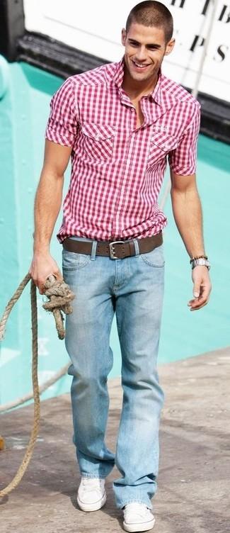Красно-белая рубашка с коротким рукавом в мелкую клетку и голубые джинсы будет прекрасным вариантом для легкого повседневного образа. В качестве обуви сюда подойдут белые низкие кеды.