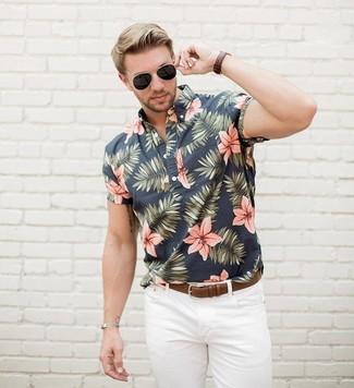 Как и с чем носить: черная рубашка с коротким рукавом с цветочным принтом, белые джинсы, коричневый кожаный ремень, черные солнцезащитные очки