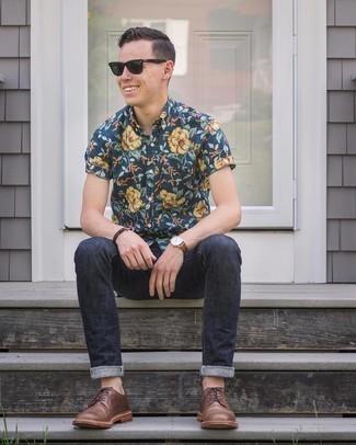 Мода для 20-летних мужчин: Темно-синяя рубашка с коротким рукавом с цветочным принтом и темно-синие джинсы гармонично впишутся в мужской лук в стиле casual. Хочешь сделать лук немного строже? Тогда в качестве обуви к этому ансамблю, стоит выбрать коричневые кожаные туфли дерби.