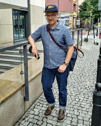 Как одеваться мужчине за 40: Синяя рубашка с коротким рукавом из шамбре и темно-синие джинсы прочно закрепились в гардеробе многих джентльменов, помогая составлять яркие и стильные образы. Закончив ансамбль темно-коричневыми кожаными массивными туфлями дерби, получим приятный результат.