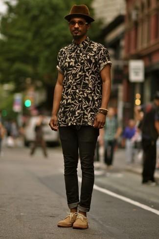 Как и с чем носить: черная рубашка с коротким рукавом с цветочным принтом, черные зауженные джинсы, светло-коричневые замшевые ботинки дезерты, темно-пурпурная шерстяная шляпа