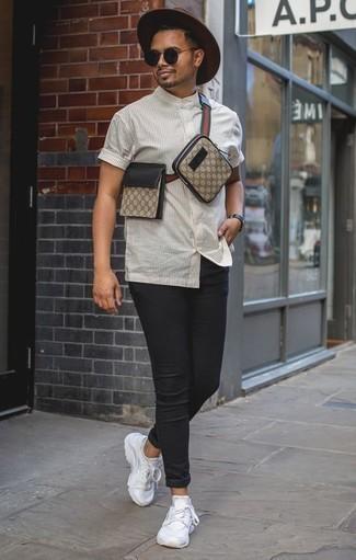 Белая рубашка с коротким рукавом в вертикальную полоску: с чем носить и как сочетать мужчине: Если в одежде ты делаешь ставку на комфорт и практичность, белая рубашка с коротким рукавом в вертикальную полоску и черные зауженные джинсы — замечательный выбор для привлекательного мужского лука на каждый день. Тебе нравятся незаурядные решения? Можешь закончить свой ансамбль белыми кроссовками.