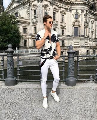 Как и с чем носить: бело-черная рубашка с коротким рукавом с цветочным принтом, белые зауженные джинсы, белые кожаные низкие кеды, черная бандана
