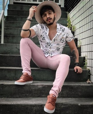Как и с чем носить: белая рубашка с коротким рукавом с цветочным принтом, розовые зауженные джинсы, коричневые кожаные низкие кеды, черные кожаные часы