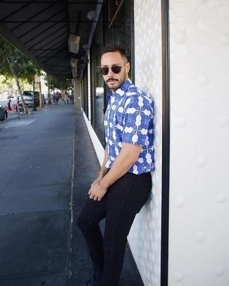 Как и с чем носить: синяя рубашка с коротким рукавом с принтом, темно-синие зауженные джинсы, темно-синие замшевые низкие кеды, черные солнцезащитные очки