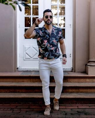 Как и с чем носить: черная рубашка с коротким рукавом с цветочным принтом, белые зауженные джинсы, бежевые замшевые туфли дерби, черные солнцезащитные очки
