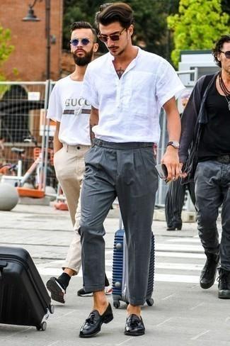 Темно-серые классические брюки: с чем носить и как сочетать мужчине: Несмотря на то, что это классический лук, лук из белой рубашки с коротким рукавом и темно-серых классических брюк всегда будет по вкусу джентльменам, покоряя при этом дамские сердца. Хочешь привнести в этот наряд нотку классики? Тогда в качестве обуви к этому ансамблю, выбирай черные кожаные лоферы с кисточками.
