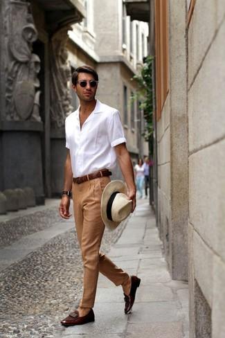 Как и с чем носить: белая рубашка с коротким рукавом, светло-коричневые классические брюки, темно-коричневые кожаные лоферы, бежевая соломенная шляпа