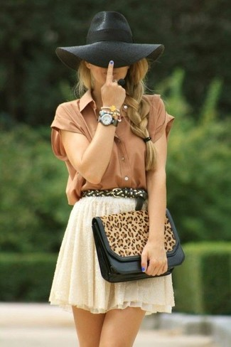 Как и с чем носить: коричневая шелковая рубашка с коротким рукавом, бежевая кружевная короткая юбка-солнце, светло-коричневый кожаный клатч с леопардовым принтом, черная шерстяная шляпа