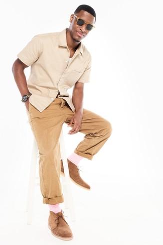 Бежевая рубашка с коротким рукавом и светло-коричневые брюки чинос — беспроигрышный вариант для вечера в компании друзей. Вкупе с этим нарядом органично будут смотреться светло-коричневые замшевые дезерты.