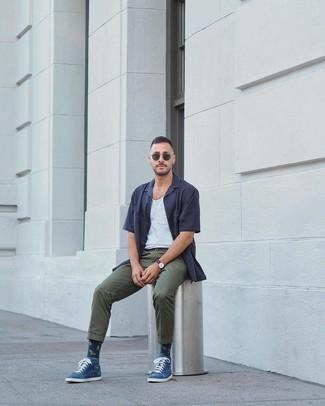 Как и с чем носить: темно-синяя рубашка с коротким рукавом, белая майка, темно-зеленые брюки чинос, темно-зеленые солнцезащитные очки