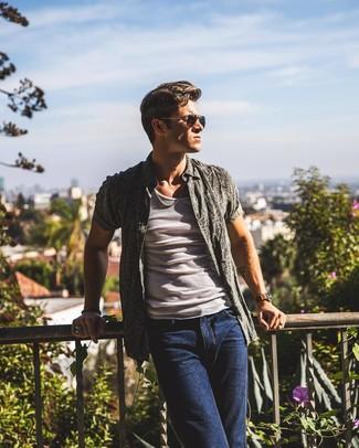 Как и с чем носить: темно-серая рубашка с коротким рукавом с принтом, белая майка, темно-синие джинсы, черные солнцезащитные очки