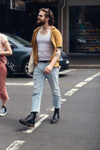 С чем носить светло-коричневую рубашку с коротким рукавом мужчине: Для вечера в кино или кафе прекрасно подходит тандем светло-коричневой рубашки с коротким рукавом и голубых джинсов. Думаешь добавить сюда нотку элегантности? Тогда в качестве обуви к этому ансамблю, выбери черные кожаные повседневные ботинки.