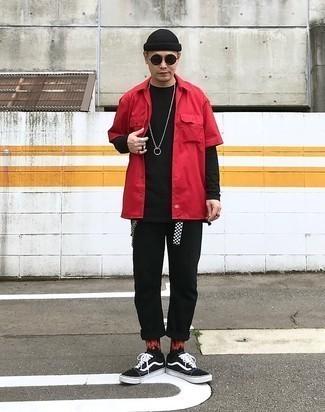 С чем носить черно-белые низкие кеды из плотной ткани мужчине: Дуэт красной рубашки с коротким рукавом и черных брюк чинос позволит выглядеть аккуратно, а также выразить твою индивидуальность. Черно-белые низкие кеды из плотной ткани становятся замечательным завершением твоего ансамбля.