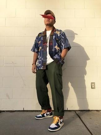 Мужские луки: Темно-синяя рубашка с коротким рукавом с принтом и темно-зеленые брюки карго — великолепный образ, если ты хочешь составить простой, но в то же время стильный мужской образ.