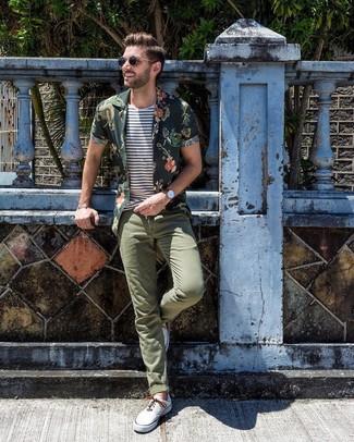 Как и с чем носить: темно-зеленая рубашка с коротким рукавом с цветочным принтом, бело-темно-синяя футболка с круглым вырезом в горизонтальную полоску, оливковые брюки чинос, белые низкие кеды из плотной ткани