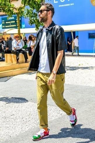 Оранжевые носки: с чем носить и как сочетать мужчине: Если ты делаешь ставку на комфорт и практичность, черная рубашка с коротким рукавом и оранжевые носки — отличный выбор для расслабленного повседневного мужского ансамбля. В сочетании с этим образом выигрышно выглядят разноцветные кроссовки.