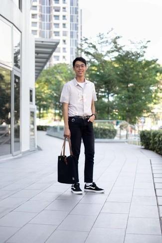 Белая футболка с круглым вырезом: с чем носить и как сочетать мужчине: Если ты ценишь комфорт и функциональность, тебе понравится это ансамбль из белой футболки с круглым вырезом и черных джинсов. В паре с этим луком наиболее выигрышно будут смотреться черно-белые низкие кеды из плотной ткани.
