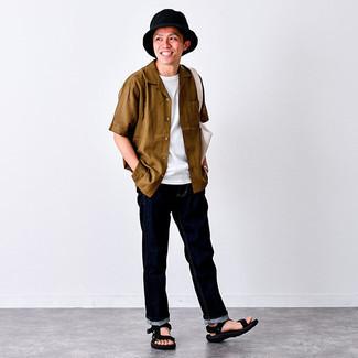 С чем носить белую футболку с круглым вырезом мужчине: Если у вас на работе отсутствует дресс-код, обрати внимание на это лук из белой футболки с круглым вырезом и темно-синих джинсов. Этот лук выигрышно дополнят черные сандалии из плотной ткани.