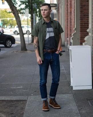 С чем носить темно-коричневые замшевые повседневные ботинки мужчине: Темно-зеленая рубашка с коротким рукавом с принтом и темно-синие джинсы прочно закрепились в гардеробе многих джентльменов, помогая создавать неприевшиеся и удобные образы. Любишь экспериментировать? Дополни образ темно-коричневыми замшевыми повседневными ботинками.