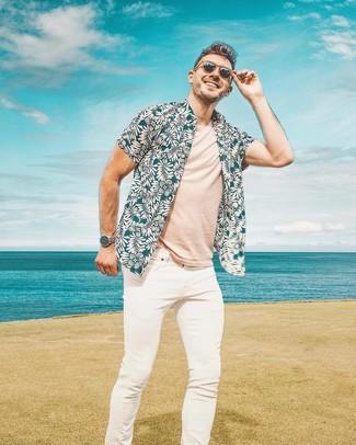 Как и с чем носить: темно-бирюзовая рубашка с коротким рукавом с цветочным принтом, бежевая футболка с круглым вырезом, белые зауженные джинсы, коричневые солнцезащитные очки