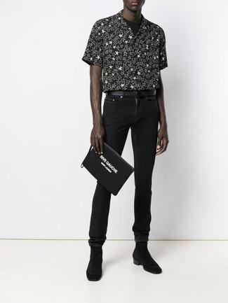 Как и с чем носить: черно-белая рубашка с коротким рукавом со звездами, черная футболка с круглым вырезом, черные зауженные джинсы, черные замшевые ботинки челси